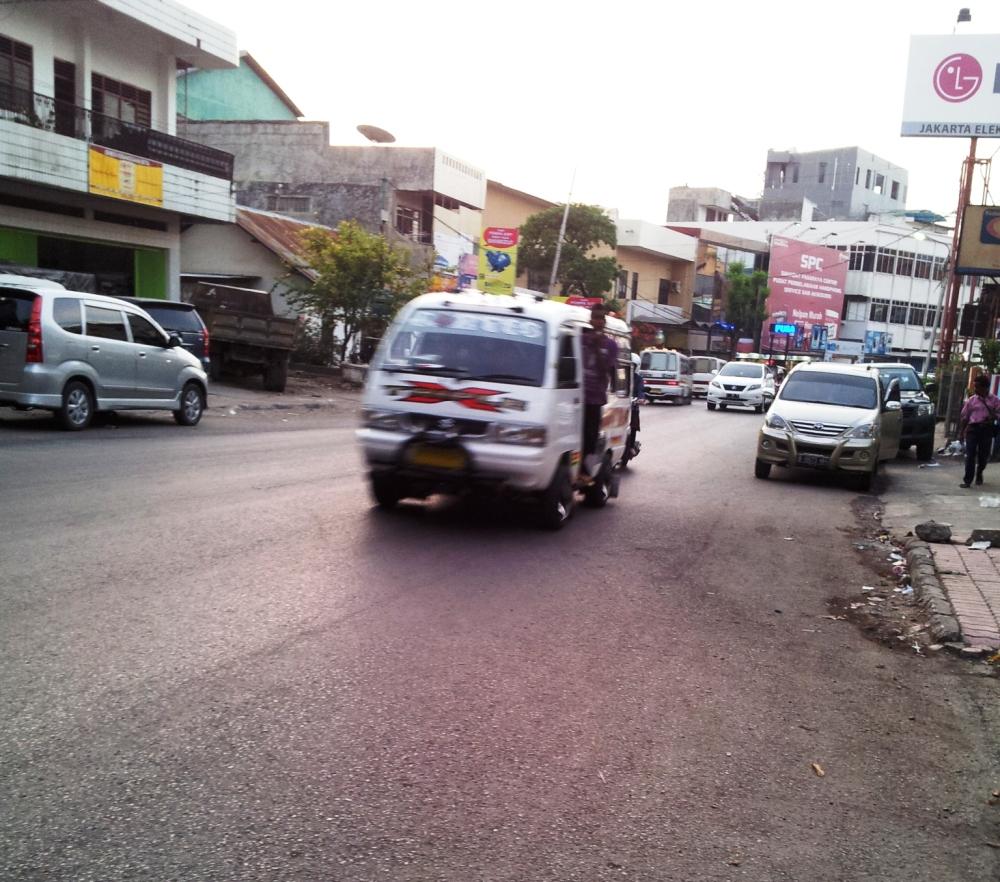 Penampakan angkot Kupang di Jalan utama kota Kupang