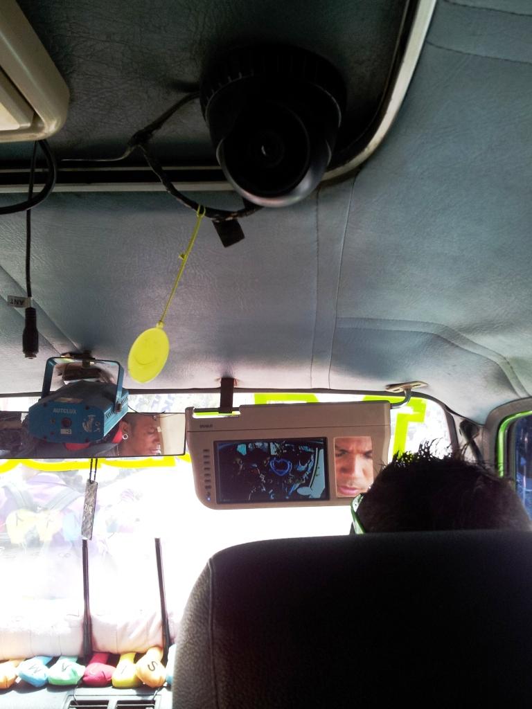 Dimana lagi bisa nemu angkot berCCTV dengan layar pemantaunya ada di sebelah spion tengah pengemudi?!?