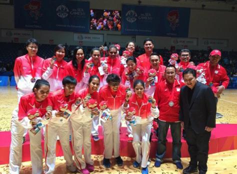 Timnas Basket Putri mendapatkan medali perak di Sea Games 2015 (sumber foto: Instagram @Timnasbasket)