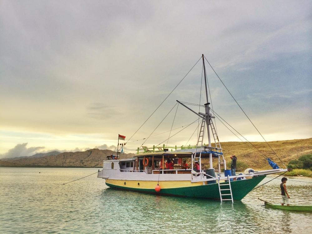 Ini penampakan kapal LOB kami yang sedang bersandar di Pulau Gili Laba Darat