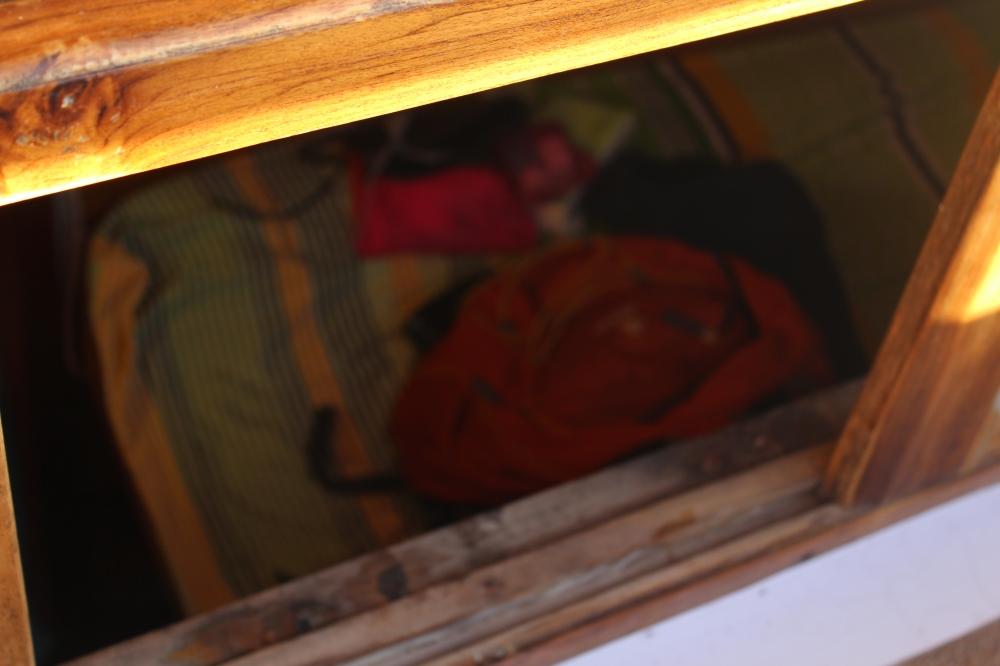 Salah saut penampakan kamar mungil kami yang terletak di bawah dipan atas..