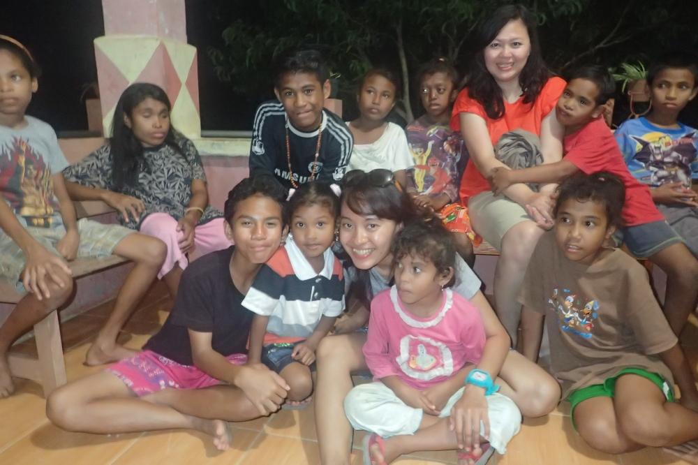 Main bareng ana-anak Panti Asuhan Solandres di Kei Kecil