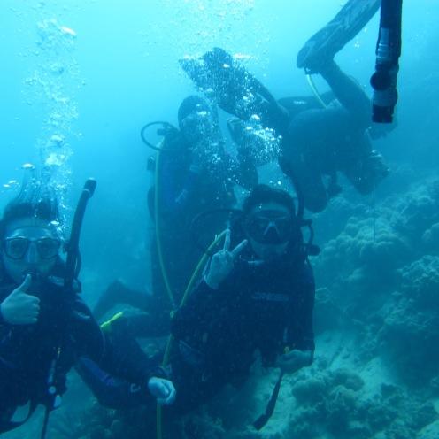 Di tengah jalan bersua dengan kakak-kakak yang lagi fun dive :)