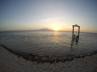 Spot foto yang lagi happening banget di Gili Trawangan: Swing Ombak