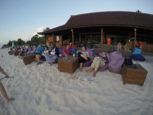 Relax di pinggir pantai sambil nikmatin mentari terbenam :)